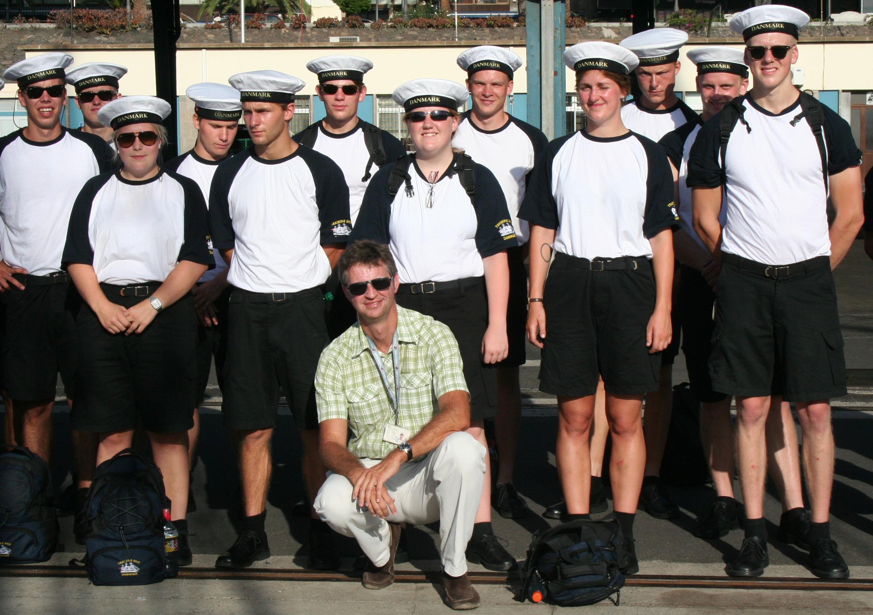 Miguel con marineros daneses