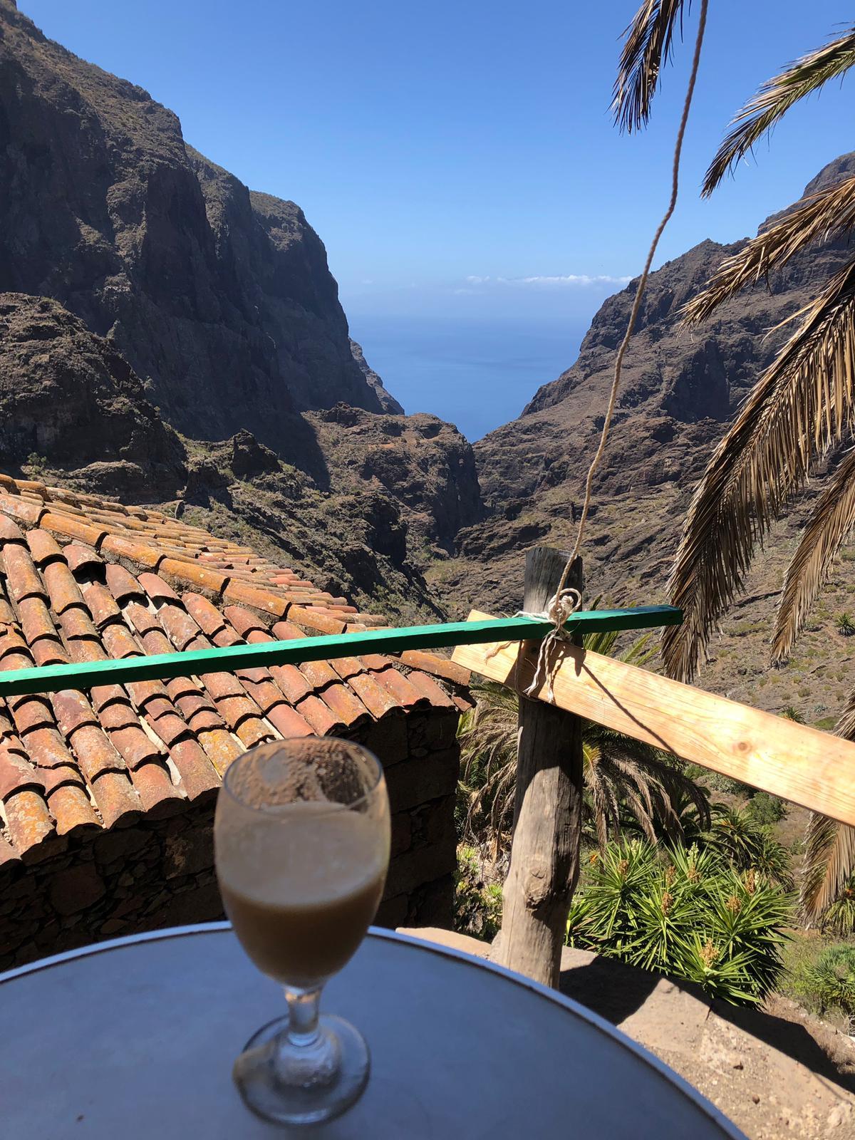 un zumo fresco recién hecho en la terraza de Casa Riquelme en Masca