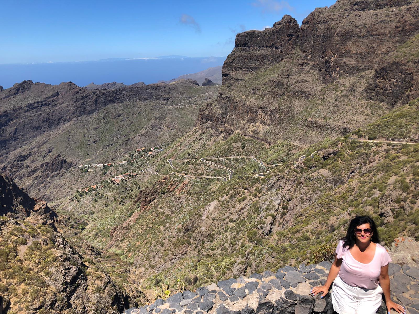 Cristina Almeida con Masca y la isla de La Palma de fondo