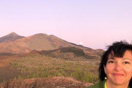 Cristine Almeida con la salida de la luna cerca de los volcanes de Teide y Pico Viejo